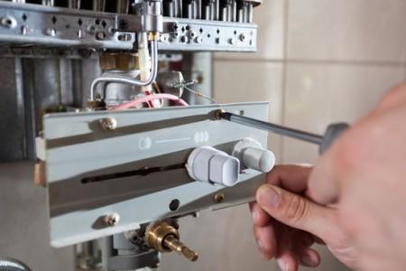 Instalador de gas cambia una caldera
