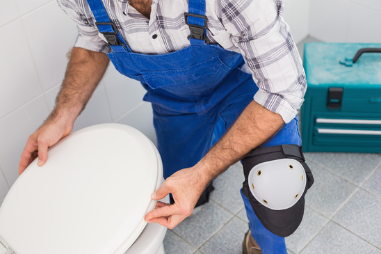 Fontanero reformando un cuarto de baño