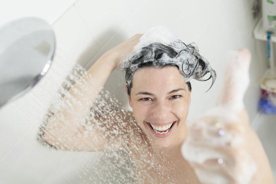 Una chica en la ducha en cuarto de baño